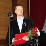 """""""Kandavas novada Gada uzņēmējs"""" - SIA """"Cietkoks"""" valdes priekšsēdētājs Vieturs Vārpiņš ( balvu saņem uzņēmuma adminstrators A. Guļāns )"""