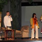 Spēka kafiju spēka vārdu teicējai Anitrai Toomai dāvā Kandavas novada Kultūras pārvaldes vadītāja Ziedīte Začeste