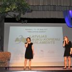 Parlamenta otro dienu atklāja Jāņa Tabūna spēka dziesma Sandras Šteinbergas un Andas Jekovičas izpildījumā