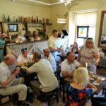 Ārzemju viesi bauda ozolzīļu kafiju novada muzejā