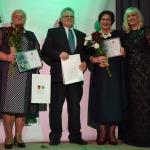 """Nominācijā """"Skaistākais dārzs"""" startēja divi pretendenti- (no kreisās) Maruta Makrecka no Cēres pagasta un Māra un Laimonis Poļi no Kandavas"""