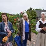 """Zemnieku saimniecības """"Branči"""" īpašniece Ligita Pīterniece (pirmā no kreisās) un radošākā novadniece Evita Bērziņa (pirmā no labās)"""
