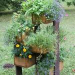 Skolēnu darinātās ziedu kastes pie Zemītes pamatskolas