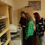 Skolnieces iepazīst kancelejas vadītājas Anitas Dundures ikdienas darba pienākumus