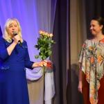 No kreisās: Kandavas novada domes priekšsēdētāja Inga Priede un konkursa organizatore Kristīne Broka-Meļķe