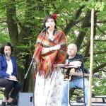 Spēles vadītāja Ziedīte Začeste, aiz viņas Madara un Jānis