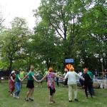 Reklāmas pauzē komandas izloka kājas vienojoties kopīgā dejā