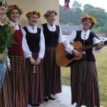 Pie Valdeķu kultūras nama novada izglītības darbiniekus ar latviešu tautas dziesmu melodijām sagaida skolotāja Sandra Šteinberga un viņas dziedošās meitenes