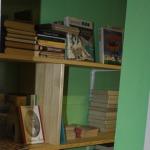 """Sienas skapji ar grāmatu plauktiem Cēres pamatskolā, kas tapuši projektā """"Te mēs lasām ar prieku!"""""""