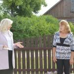 Domes priekšsēdētāja dāvina mājas saimniecei Inesei Bukovskai Kandavas suvenīrmonētu