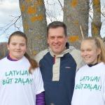 """Čaklākās talcinieces Cērē- Cēres pamatskolas 8.klases skolnieces Annija Jēce un Helēna Pētersone saņēma no domes priekšsēdētāja krekliņus """"Latvijai būt zaļai"""""""