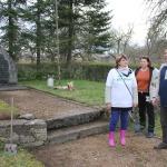 Bibliotēkas vadītājas Sandras Kosogovas vadībā tika sakoptas piemiņas vietas Vānes pagasta centrā pie baznīcas