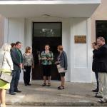Komisiju sagaida Cēres pamatskolas direktore Juta Reinsone un pagasta pārvaldes vadītāja Maija Jēce.