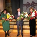 Kandavas novada Pateicības saņēma( no labās) Baiba Aleksīna, Aivars Pabērzs, Ērika Millere
