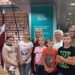 """Zemītes pamatskolas audzēkņi Latvijas Nacionālajai bibliotēkai dāvināja mūsu novada grāmatu """"Kandavas novads"""""""