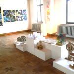 """Ekspozīcija Kandavas kultūras nama izstāžu zālē """"Vējspārns""""."""